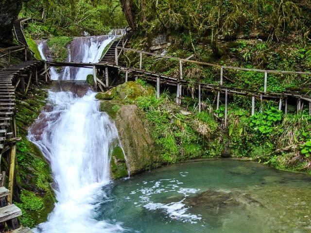 33 водопада и Волконский дольмен
