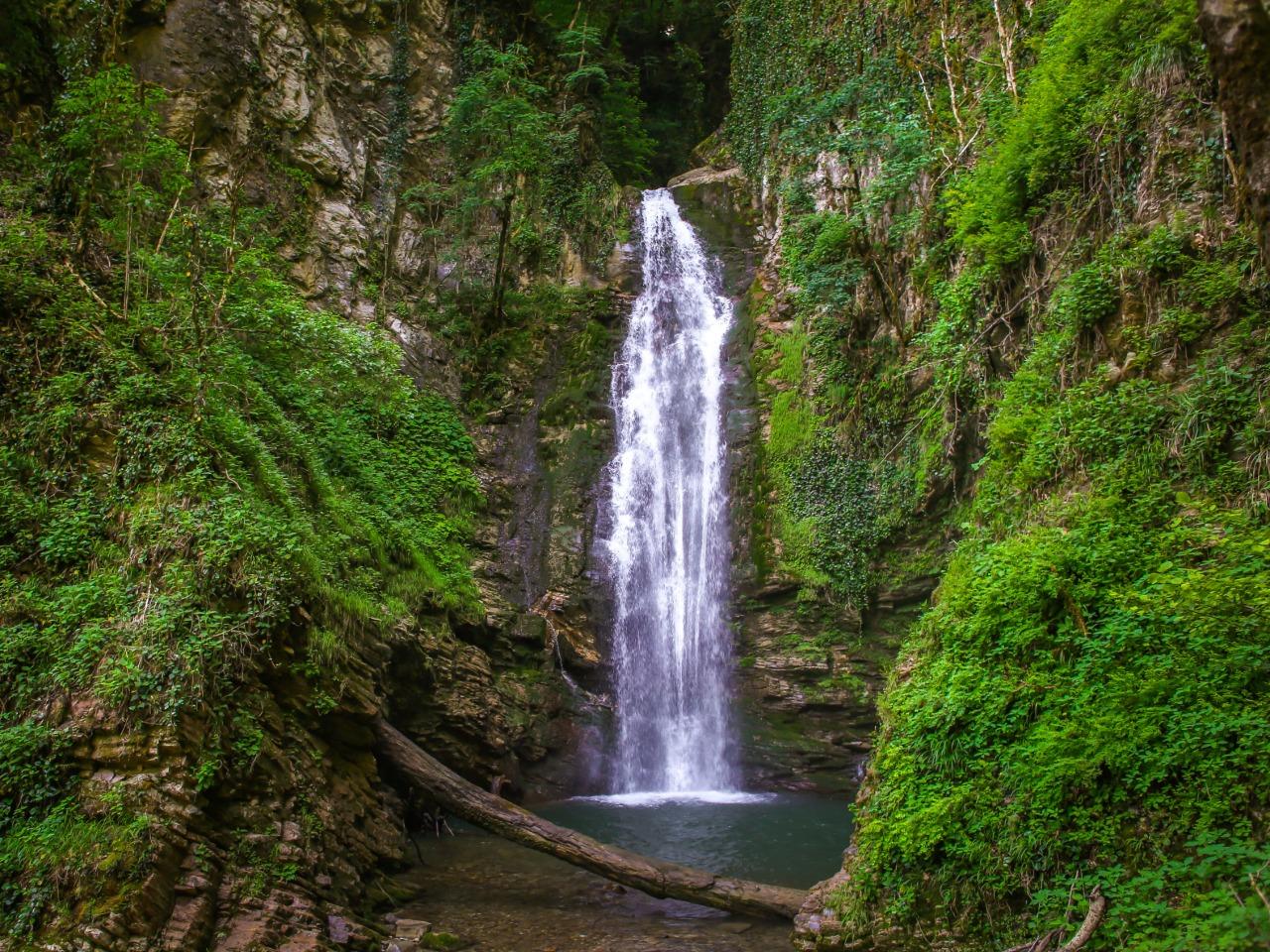 Поход на Ажекские водопады - групповая экскурсия в Сочи от опытного гида