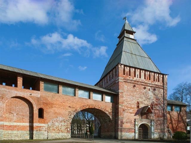 Смоленская твердыня: вдоль крепостной стены