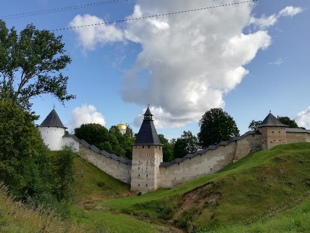 Знаменитый Псково-Печерский монастырь