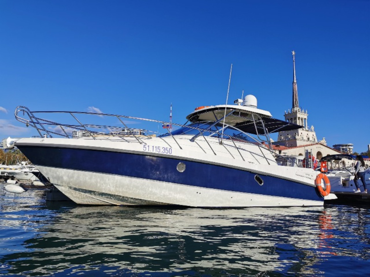 Аренда моторного катера Cranchi 34 - индивидуальная экскурсия в Адлере от опытного гида