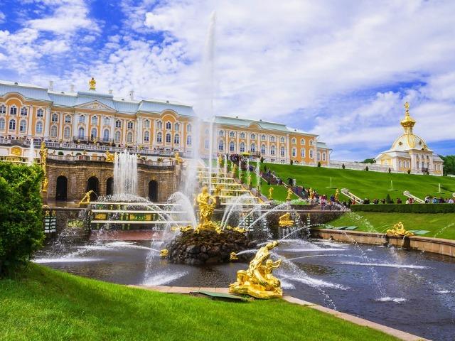 В Петергоф к фонтанам