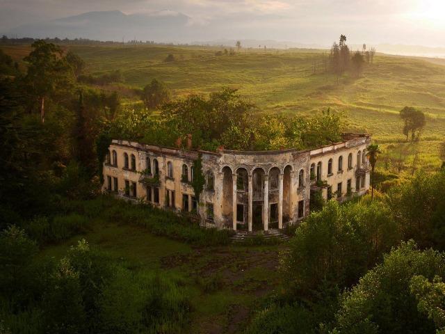 Затерянные в раю: однодневный тур по заброшенным зданиям Абхазии