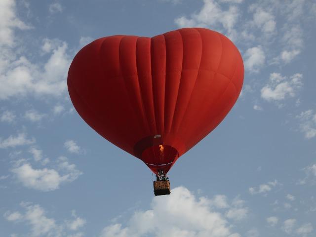 Встреча рассвета на воздушном шаре над облаками