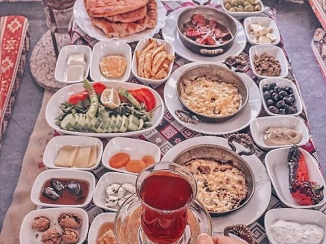 Турецкий завтрак среди скал у горной речки