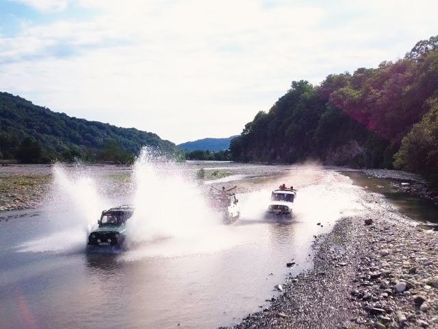 К 33 водопадам на джипах увлекательно и весело!