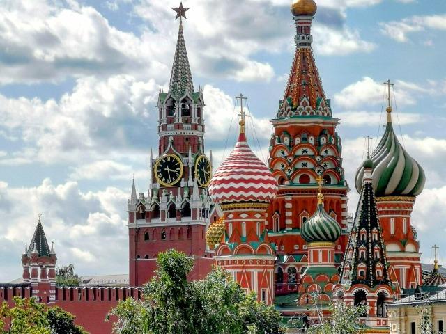 Прогулка у древних стен Кремля